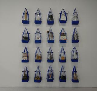"""Hoheitsgebiete 2015 Wandinstallation, gefüllte Plastiktaschen Frauenmuseum Bonn 2015, """"Frauen in Krieg und Frieden 15-45-15"""" - Charlotte Esch"""